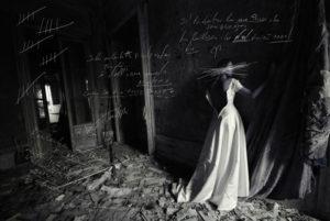 abito da sposa in ambiente trascurato e sporco