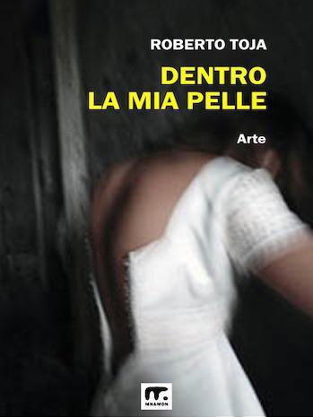fotografia artistica bianco e nero contemporanea: donna con abito bianco slacciato sulla schiena, a colori