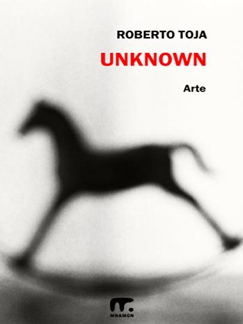 fotografo poeta bianco nero, un cavalluccio a dondolo sfocato