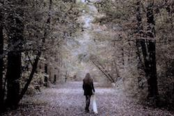 donna cammina nel parco