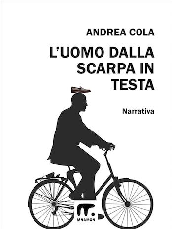 uomo dalla scarpa in testa in bicicletta
