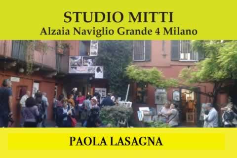 Paola Lasagna sui Navigli a Milano