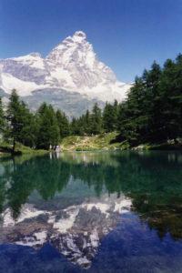 monte cervino specchiato in un lago