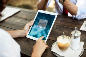 tablet con dito su display