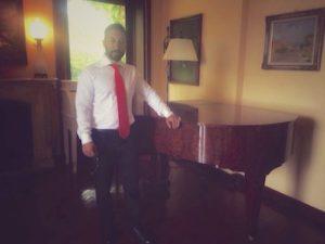 l'autore in piedi accanto al pianoforte