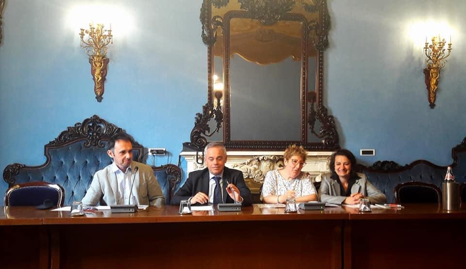 tavolo della conferenza